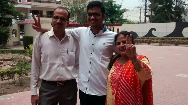 Sarvesh Mehtani secures 1st AIR in JEE Advanced 2017 (Photo Credit: Hindustan Times)