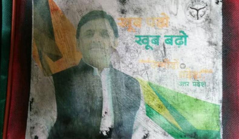Akhilesh Yadav photo on School bags distributed in Gujarat