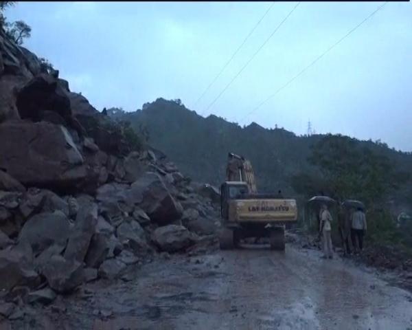 Landslides block Jammu-Srinagar national highway, stall Amarnath pilgrims progress