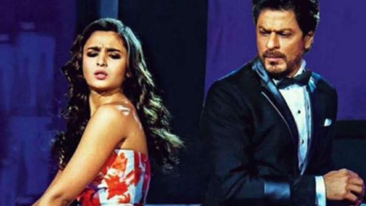 Alia Bhatt sharing stage with Shah Rukh Khan at an award function