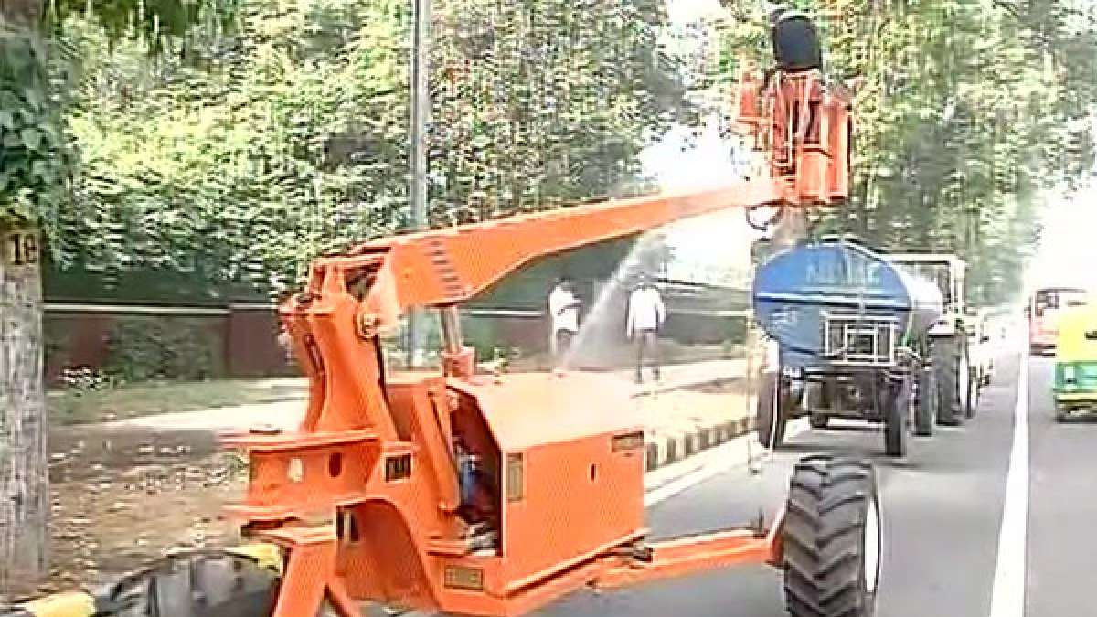 NDMC sprinkle water on Delhi roads to remove smog