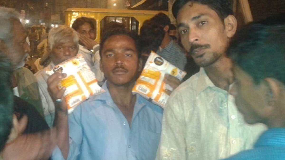 People buying salt in Delhi and NCR (The picture was tweeted by ANI)