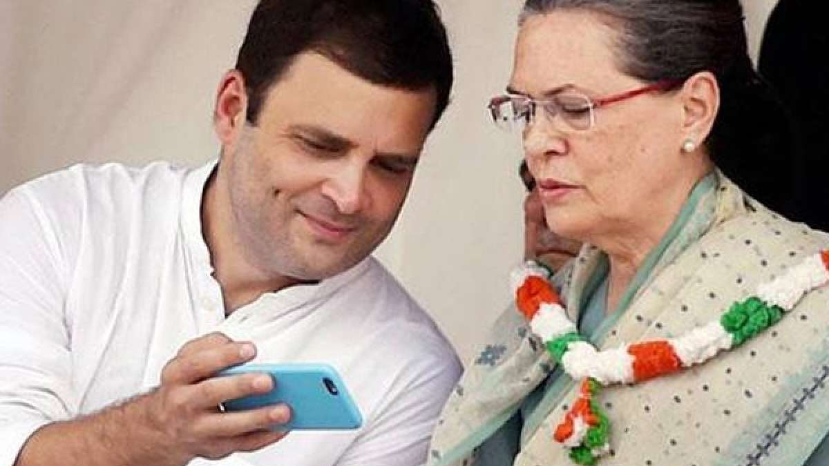 Rahul Gandhi and Sonia Gandhi checking a phone