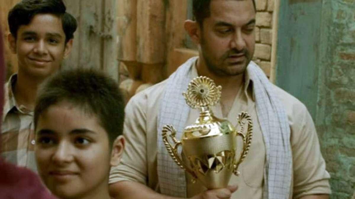 Dangal Box Office collection: Aamir Khan holding trophy in the film