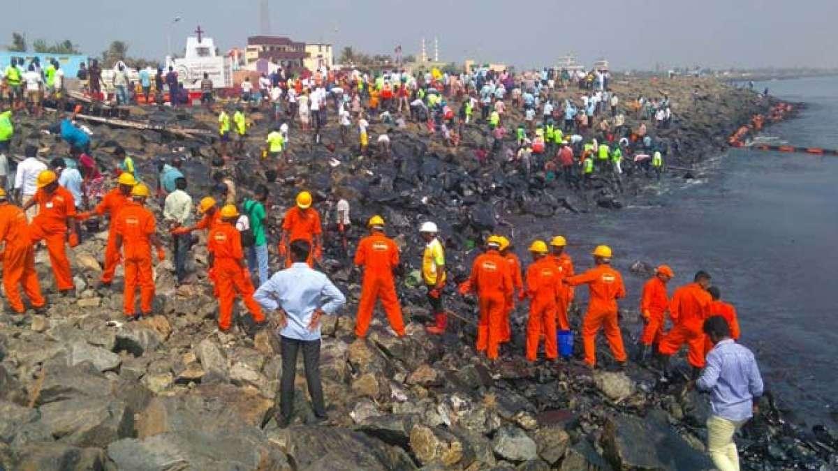 Thousands clean up spilt oil along Chennai coast
