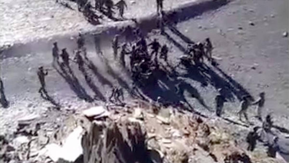 Chinese soldiers pelting stones on Indian soldiers