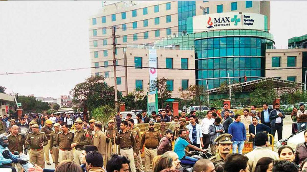 Max Hospital case: Employees burn Kejriwal's effigy, allege they lost jobs due to government