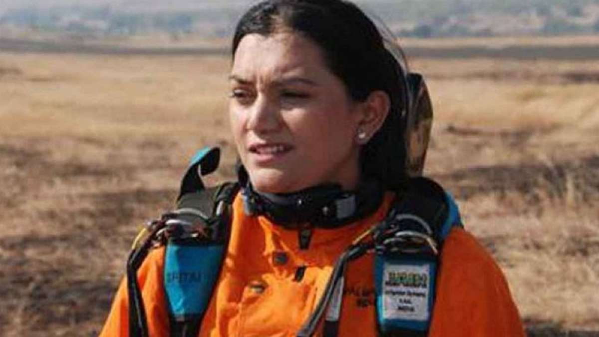 Pune girl sets new record -- skydiving in Maharashtrian sari!