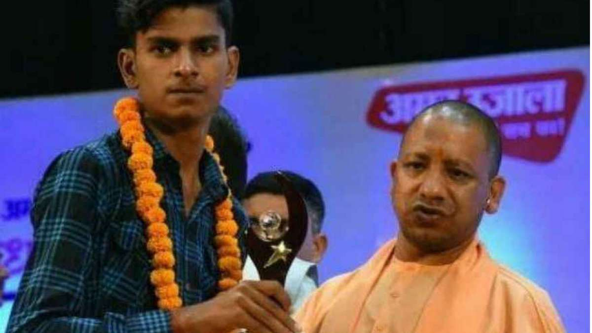 CM Yogi Adityanath presented him a cheque of Rs 1 lakh for his hard work and achievement.
