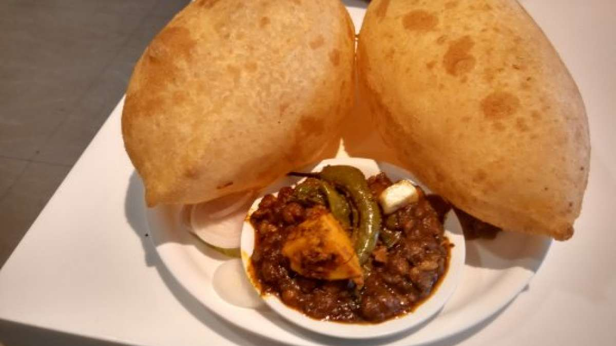 The hot and spicy chola bhatura lures many foodies to Delhi's culinary hub. (Image source: Wikimedia Commons)