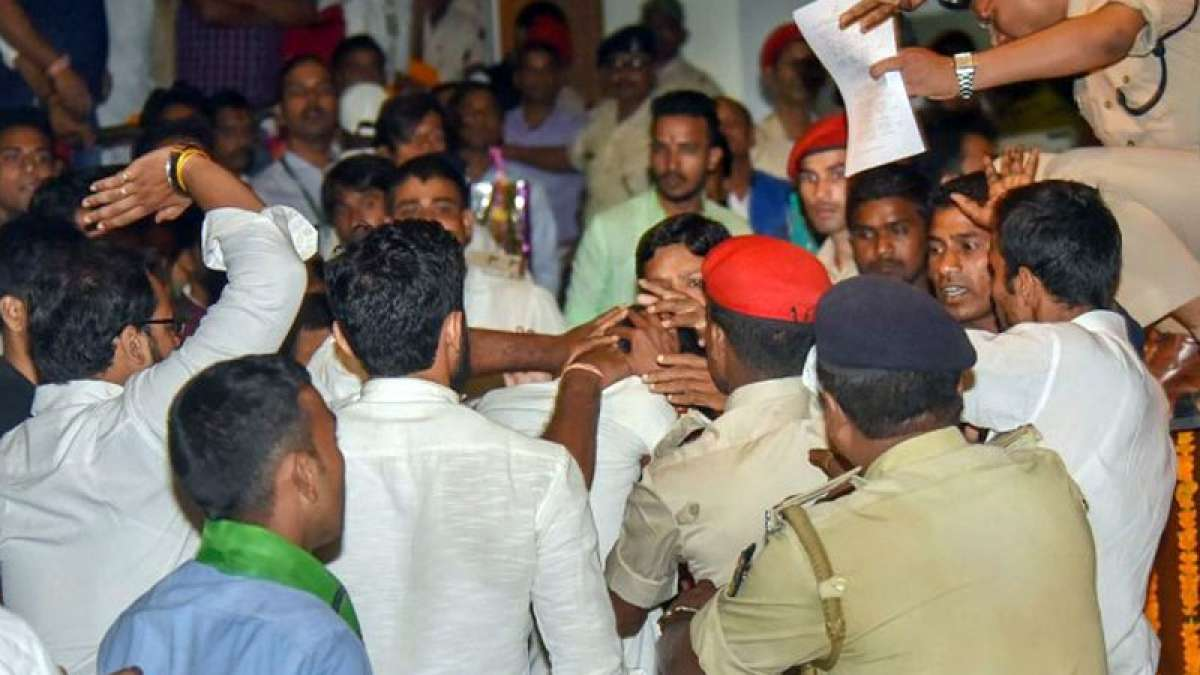 Youth throws slipper at Nitish Kumar in Patna