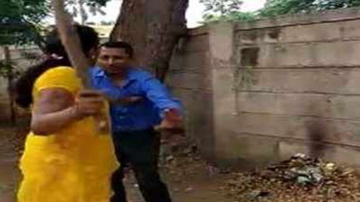 Woman thrashes bank manager for alleged sex abuse in Karnataka