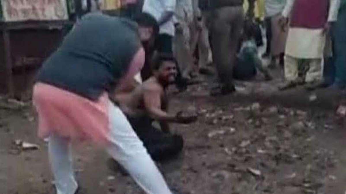 AAP legislator's aide Saurabh Jha beats man mercilessly in front of cops