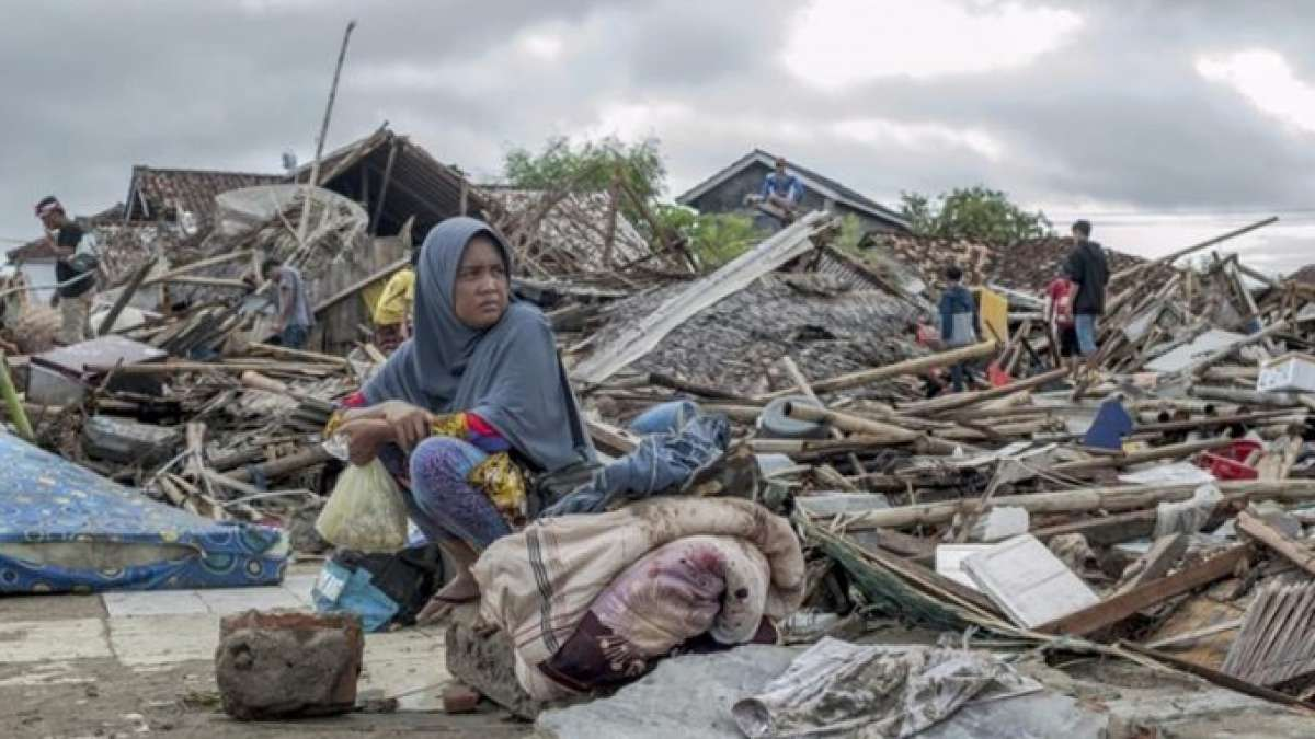 Indonesia tsunami toll hits 429 as rain hampers rescue efforts