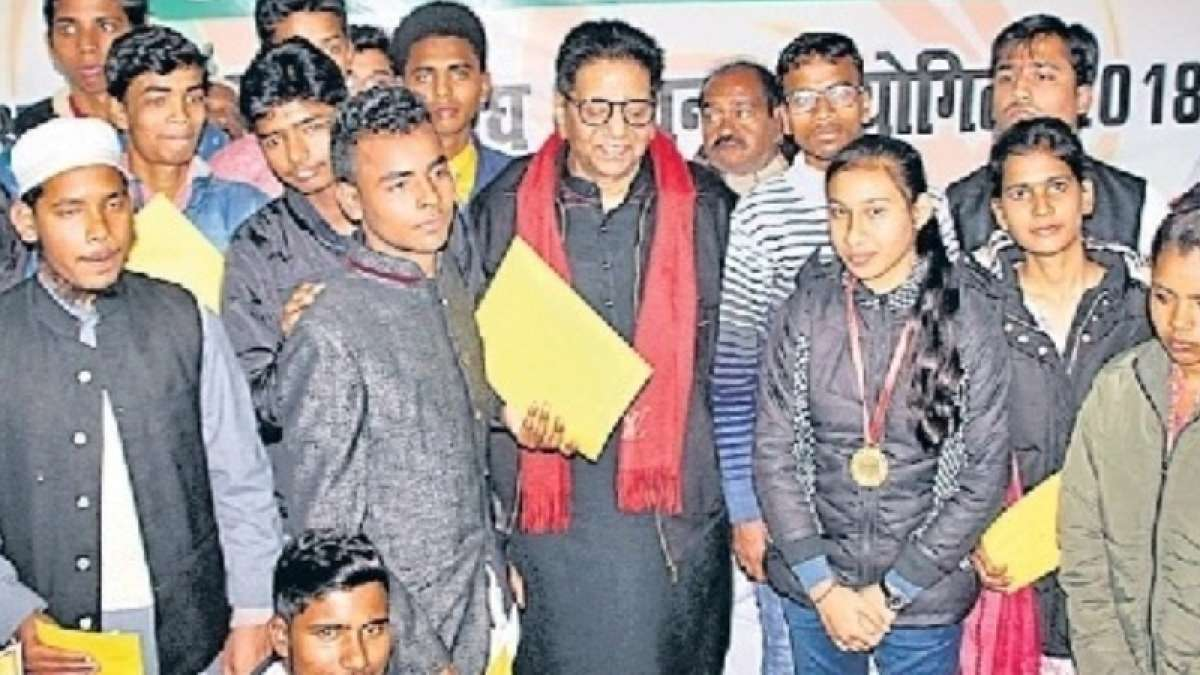 Aspiring students from Bihar felicitated for writing excellent essays on Atalji