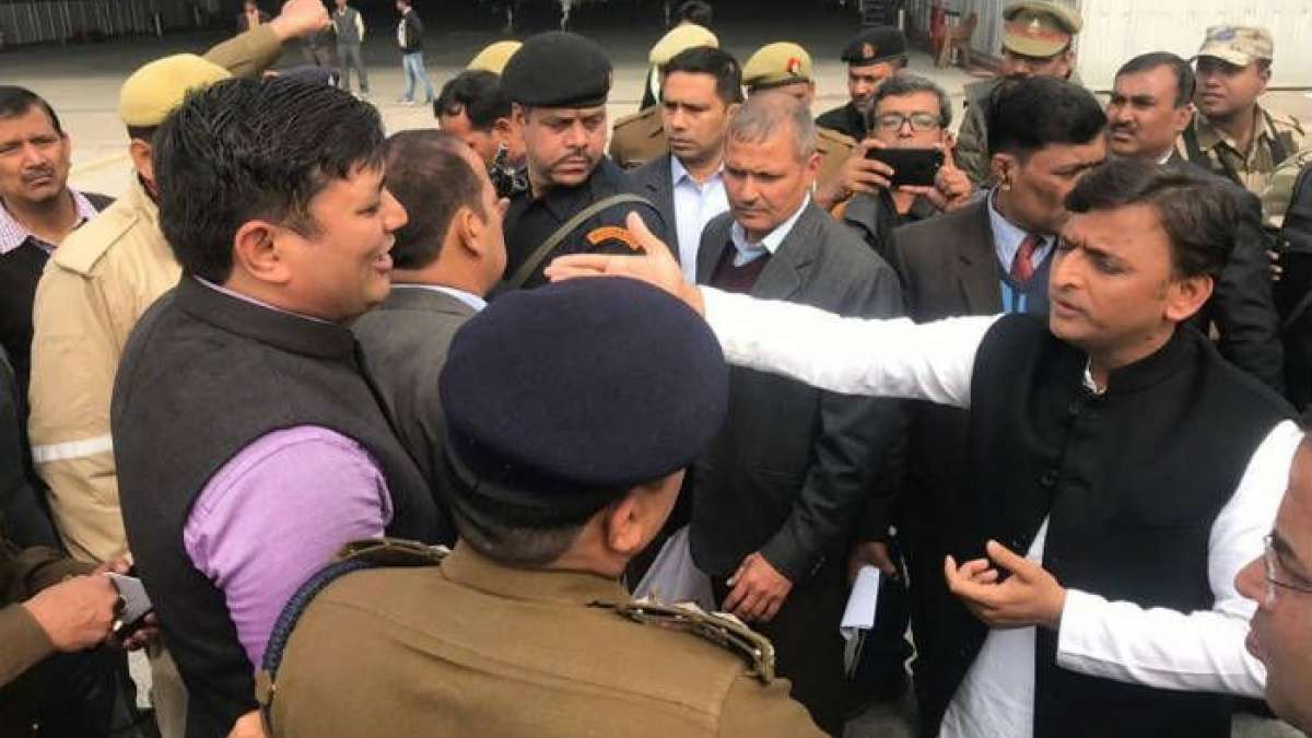 Akhilesh Yadav stopped at Lucknow airport, SP leaders stage protest