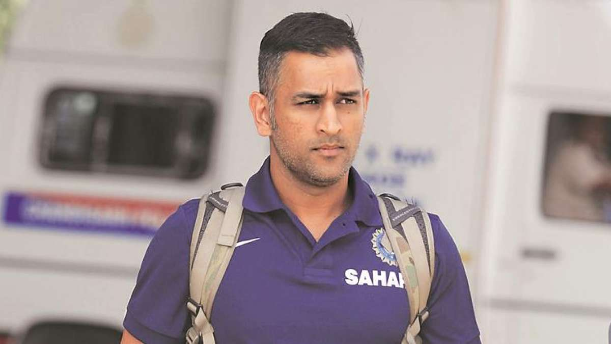 Little kid refuses Mahendra Singh Dhoni's offer to lift