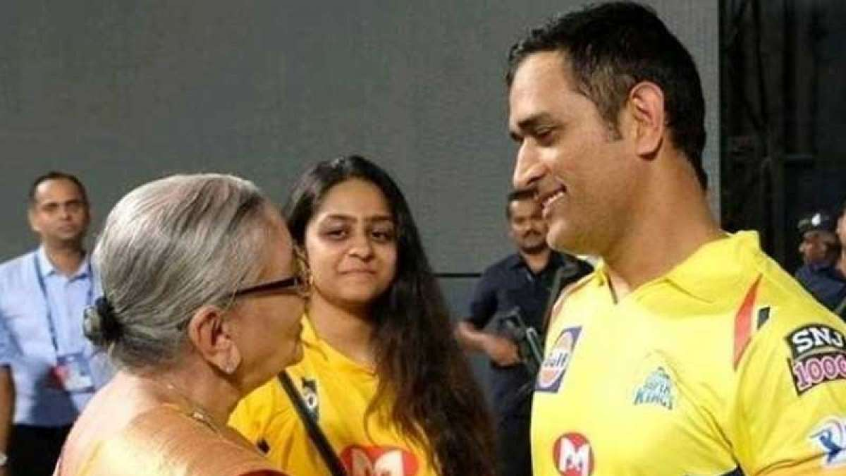 MS Dhoni wins hearts with a heart-warming gesture at Wankhede Stadium