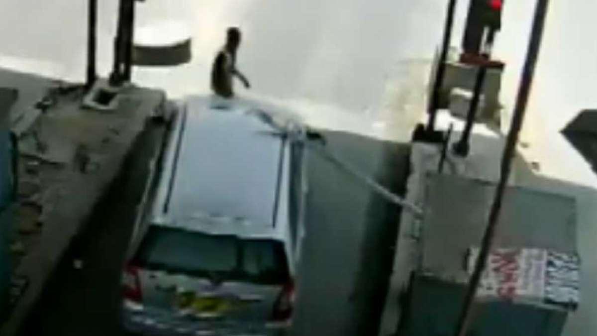 'Even cops don't stop me': Innova driver drags tollman on car bonnet for 5 kms