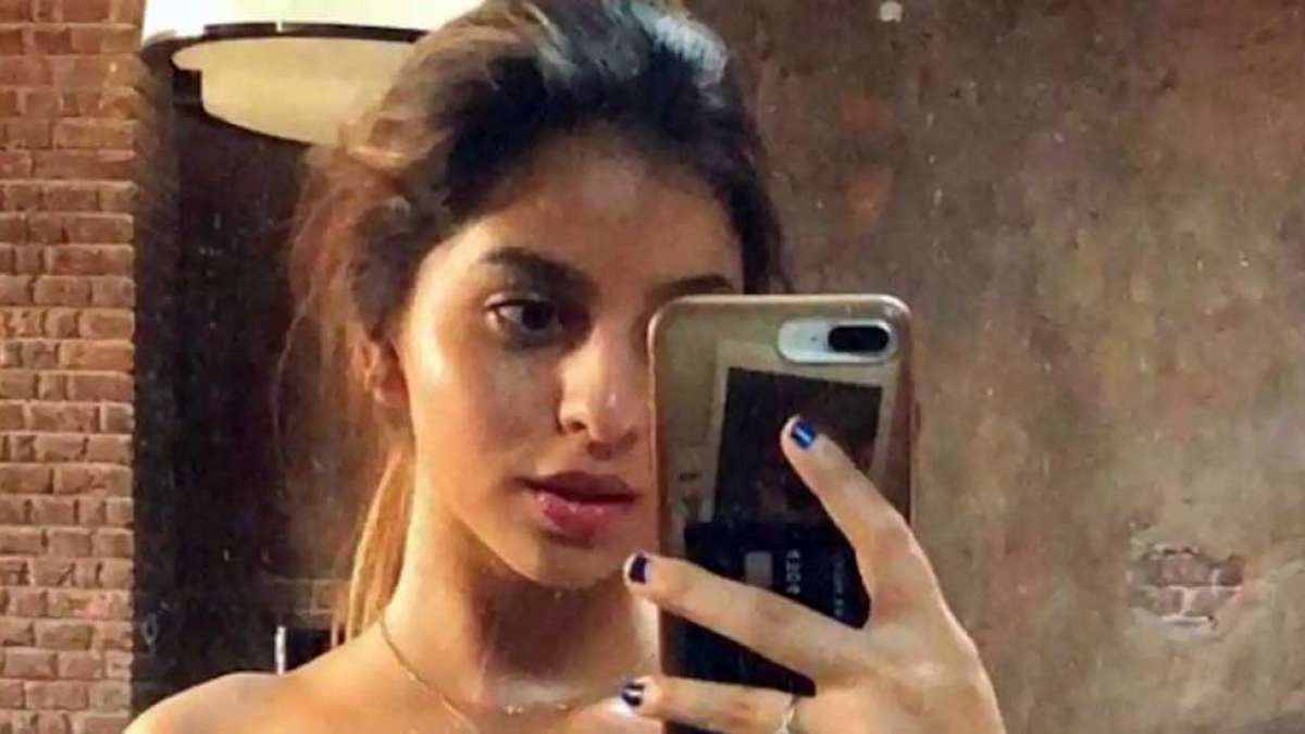 Suhana in strapless black dress mirror selfie is a treat for eyes