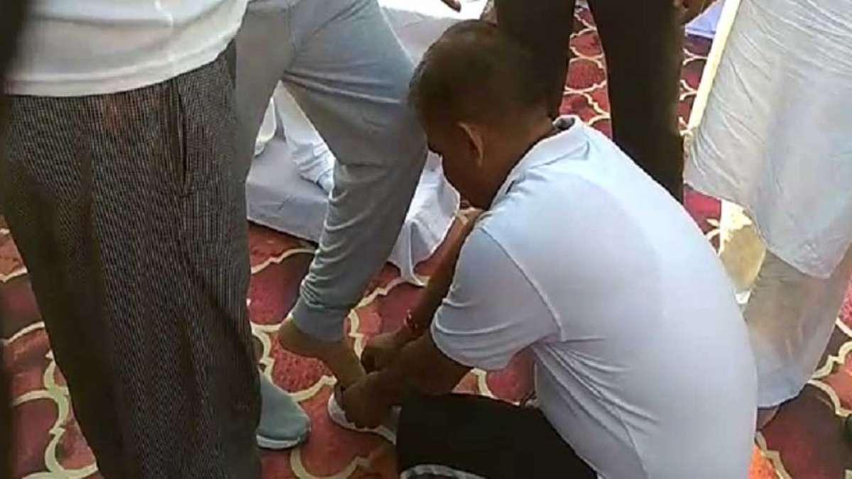 Govt employee ties shoelace of UP minister at Yoga Day event