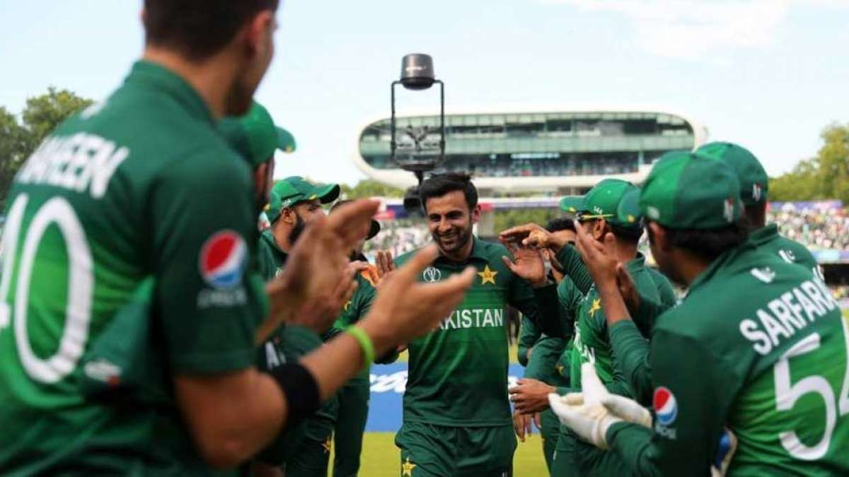 Shoaib Malik given standing ovation as he walked out of the ground for one last time for Pakistan