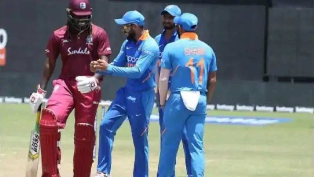 Virat Kohli shakes a leg with Chris Gayle on field