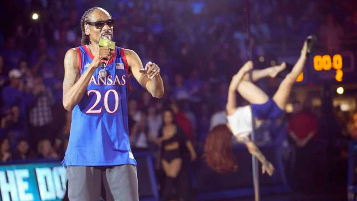 Snoop Dogg uses pole dancers, money gun at school performance