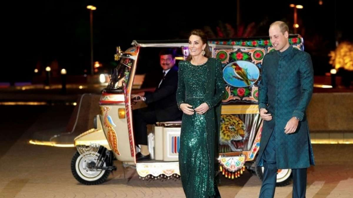 Prince William and Kate Middleton go on a rickshaw ride in Pakistan. Watch video